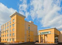 La Quinta Inn & Suites by Wyndham Danbury - Danbury - Building