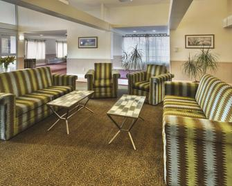 La Quinta Inn & Suites by Wyndham Danbury - Danbury - Lounge
