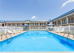 Days Inn by Wyndham Owensboro - Owensboro - Pool