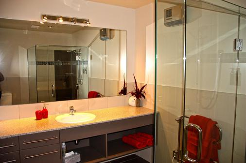 Dock Bay Lodge - Te Anau - Bathroom