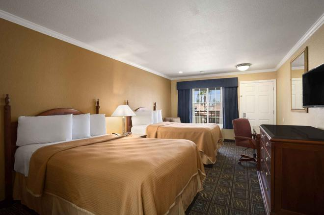 Howard Johnson by Wyndham San Diego State University Area - San Diego - Bedroom