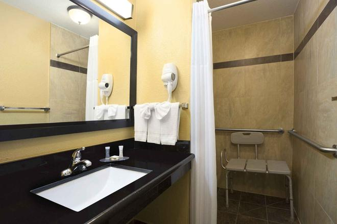 Howard Johnson by Wyndham San Diego State University Area - San Diego - Bathroom