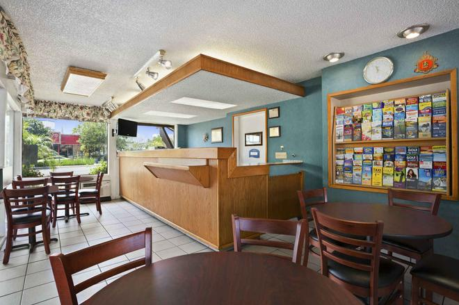 Howard Johnson by Wyndham San Diego State University Area - San Diego - Lobby
