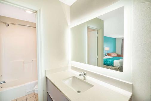 Howard Johnson by Wyndham Aiken - Aiken - Bathroom