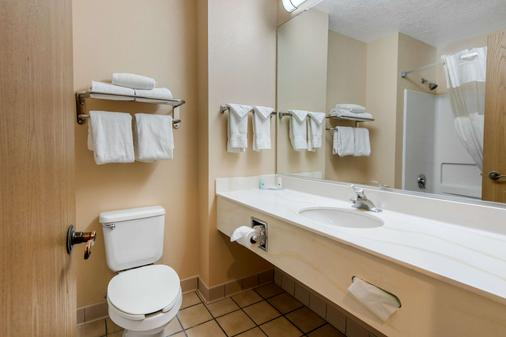 Quality Inn & Suites - Albuquerque - Bathroom
