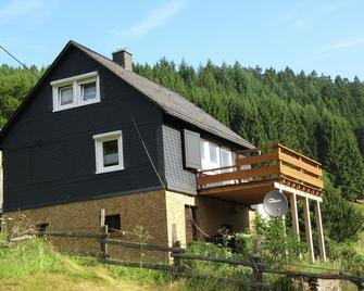 Holiday Home In The Sauerland With A Large Terrace And A Spaciously Furnished Interior - Bad Laasphe - Gebouw