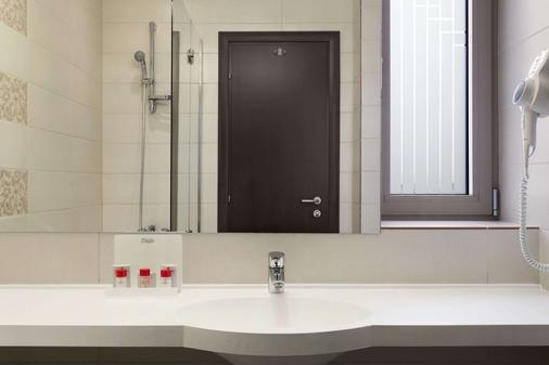 Ramada by Wyndham Cluj - Cluj Napoca - Bathroom