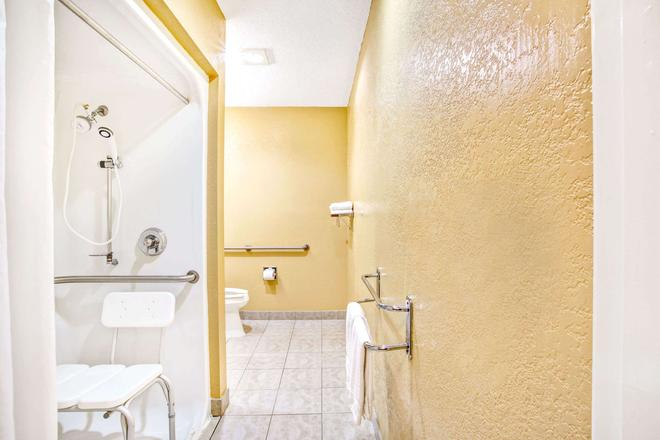 Microtel Inn & Suites by Wyndham Newport News Airport - Newport News - Bathroom