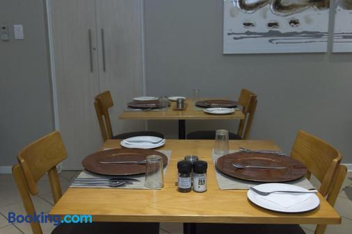 The Suburban - Bloemfontein - Dining room