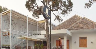 Adhisthana Hotel Yogyakarta - Yogyakarta - Κτίριο