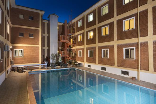奇緹酒店 - 阿札切納 - 阿爾扎凱納 - 游泳池