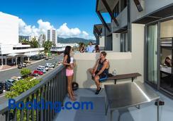 Gilligan's Backpackers Hotel & Resort - Cairns - Balcony