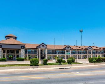 Quality Inn I-10 East Near At&t Center - San Antonio - Building