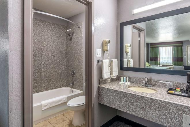 Quality Inn I-10 East Near Att Center - San Antonio - Kylpyhuone