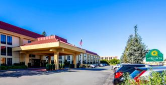 La Quinta Inn & Suites by Wyndham Oakland Airport Coliseum - Oakland - Building