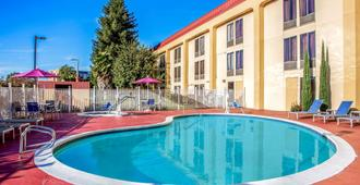 La Quinta Inn & Suites by Wyndham Oakland Airport Coliseum - אוקלנד - בריכה