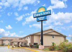 Days Inn by Wyndham Topeka - Topeka - Edificio
