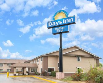 Days Inn by Wyndham Topeka - Topeka - Gebäude