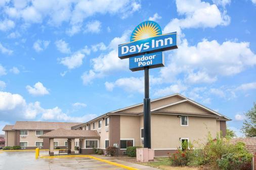 Days Inn by Wyndham Topeka - Topeka - Building