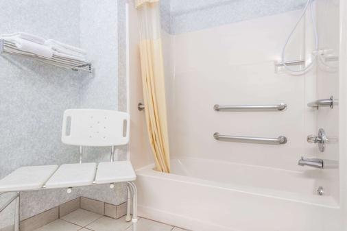 Days Inn by Wyndham Topeka - Topeka - Bathroom