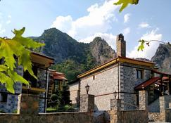 Ξενώνας Υάδες - Λουτράκι - Κτίριο