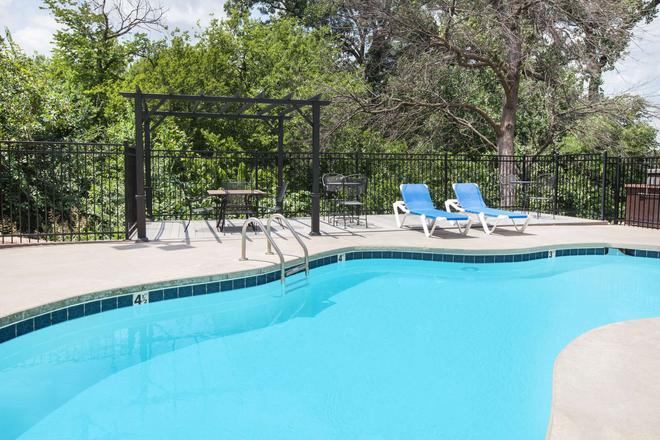 Microtel Inn & Suites by Wyndham Stillwater - Στίλγουοτερ - Πισίνα