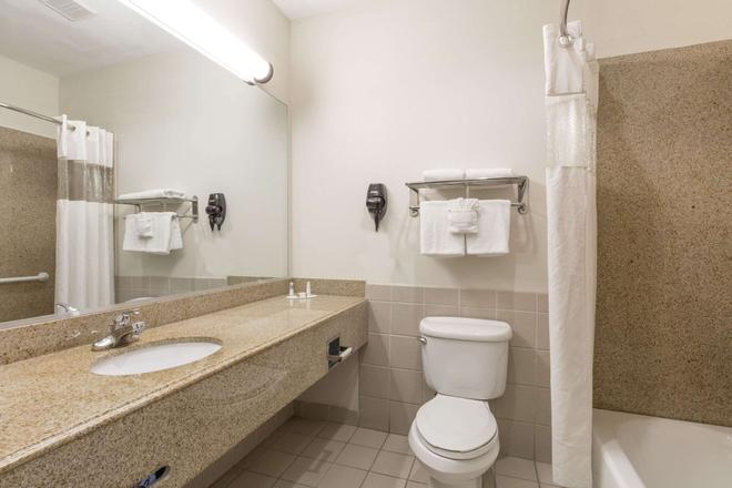 Baymont by Wyndham Galveston - Galveston - Bathroom