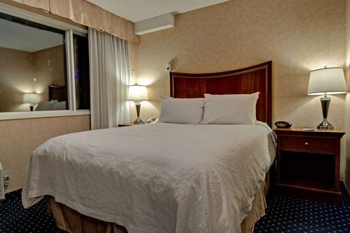 Best Western Plus Suites Downtown - Calgary - Bedroom