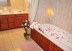 Bavarian Inn Lodge & Restaurant - Eureka Springs - Bathroom