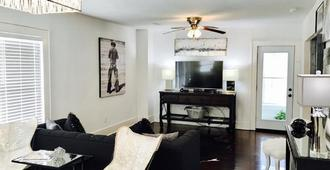 Stylish 2 Bedroom Upstairs Duplex-Houston Museum District - Houston - Wohnzimmer
