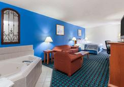 Days Inn & Suites by Wyndham Cambridge - Cambridge - Schlafzimmer