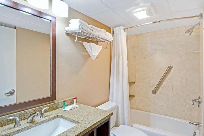 Ramada by Wyndham Seekonk Providence Area - Seekonk - Bathroom