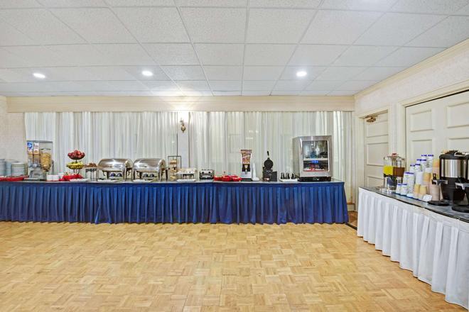 Ramada by Wyndham Seekonk Providence Area - Seekonk - Buffet