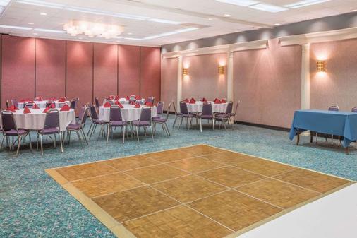 Howard Johnson by Wyndham Salem Hotel & Conference Center - Salem - Juhlasali