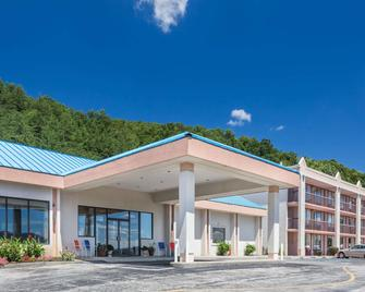 Howard Johnson by Wyndham Salem Hotel & Conference Center - Salem - Building