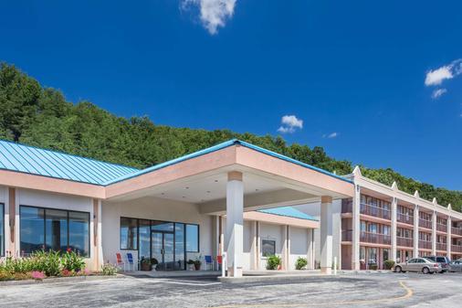 Howard Johnson by Wyndham Salem Hotel & Conference Center - Salem - Rakennus