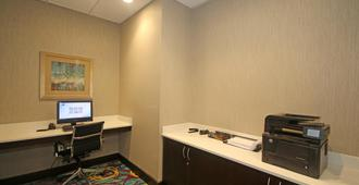 Holiday Inn Express & Suites Charlotte North - Charlotte - Centro de negocios