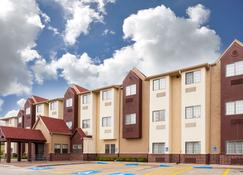 Days Inn by Wyndham near Kansas Speedway - Kansas City - Building