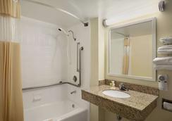 Days Inn by Wyndham Frederick - Frederick - Bathroom