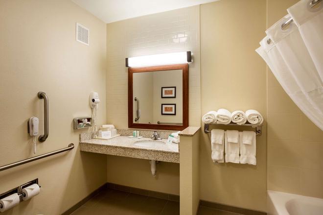 Comfort Suites University - Lincoln - Bathroom