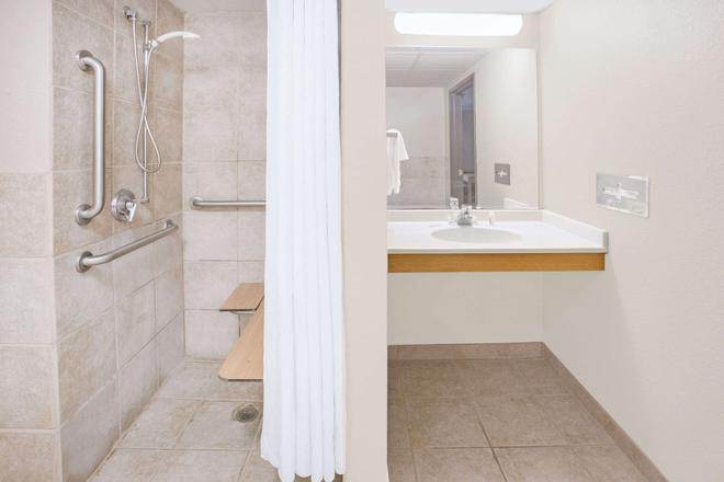 Super 8 by Wyndham Davenport - Davenport - Bathroom