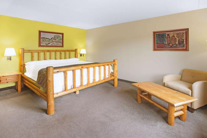 Super 8 by Wyndham Davenport - Davenport - Bedroom
