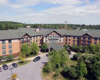 Six Flags Lodge & Indoor Waterpark - Queensbury - Building