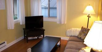 Quiet One-Bedroom Cottage with Deck in Walkable Neighborhood - Seattle - Wohnzimmer
