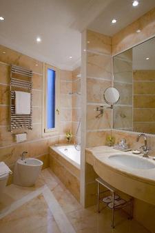 Hotel Bonvecchiati - Venice - Bathroom