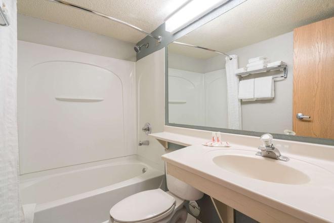 布隆明頓機場 MSP 區速 8 酒店 - 布隆明頓 - 布盧明頓 - 浴室