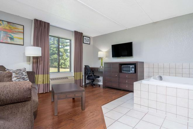 Super 8 by Wyndham Bloomington/Airport - Bloomington - Living room