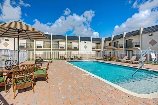 Days Inn & Suites by Wyndham Tampa near Ybor City - Tampa - Pool
