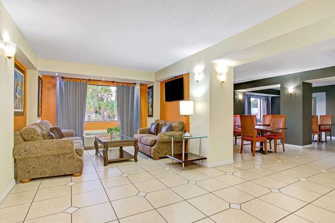 Days Inn & Suites by Wyndham Tampa near Ybor City - Tampa - Living room