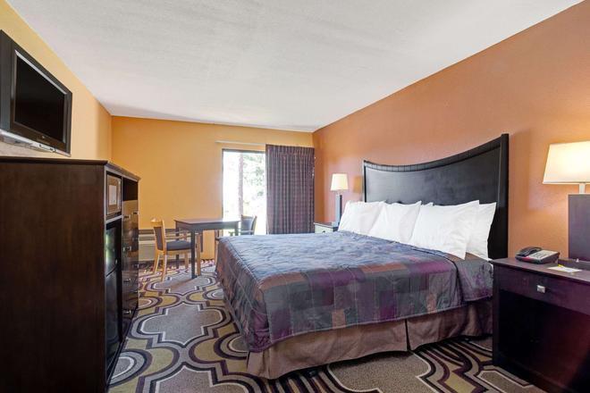 Days Inn & Suites by Wyndham Tampa near Ybor City - Tampa - Bedroom